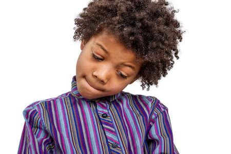 Prodigy: Inteligentny chłopak myśli o trudnym zadaniem. Chłopiec geniuszem. Zdjęcie Seryjne