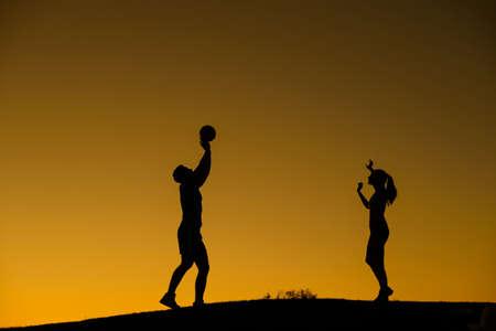 voleibol: Figura Silueta de jugadores de voleibol. Voleibol amateur. Voleibol de playa. Amante de la pareja juega voleibol. Voleibol en reposo. Foto de archivo