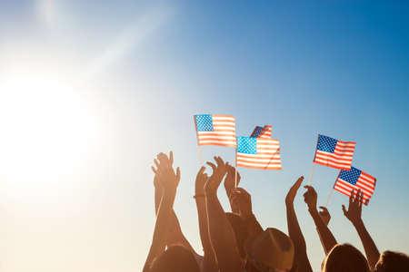 banderas america: banderas de Estados Unidos. Patriotas de América. Los aficionados en el concierto. Las personas agitaban banderas de Estados Unidos. Los aficionados se reúnen ídolo.