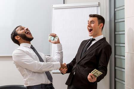 gente exitosa: Businessm? N feliz de nuevo trato. Gente exitosa.