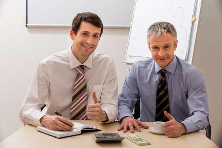 patron: Colegas en la mesa de negociación. Los hombres de negocios en una sala de reuniones. Los directivos de la tabla.