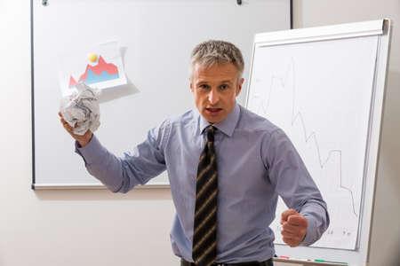 jefe enojado: jefe agresivo lanza un contrato. gerente nervioso en la oficina.