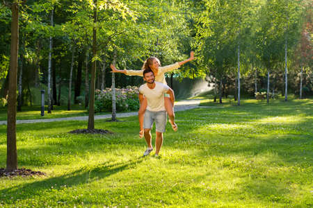 amantes: Feliz pareja de vacaciones. Fin de semana en la naturaleza. Amantes en un paseo. Luna de miel.