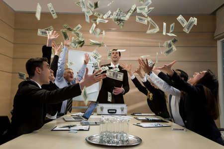 liderazgo empresarial: Los hombres de negocios se dispersan los dólares. Los gestores celebrar el éxito. Negocio exitoso.