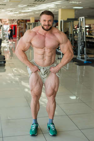 lusty: Muscular bodybuilder in gum. Strong man shows muscles. Sportsma-heavyweight.
