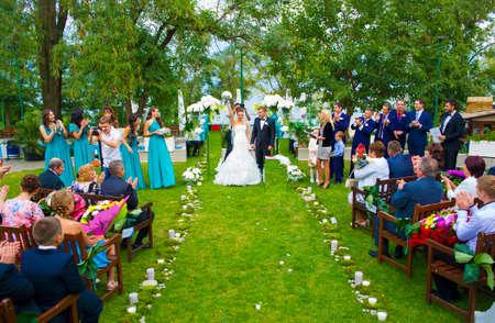 ウクライナ、オデッサ 07.09.2013.The 地結婚式花嫁は彼女の頭の上の花束を持っています。 報道画像