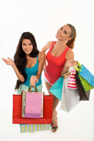 playmates: las mujeres felices sonriendo con bolsas de la compra. tiempo con la familia de compras. descuentos de temporada.