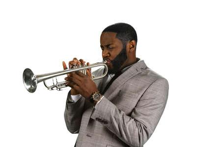 trompeta: músico trompeta profesional. Músico con una trompeta. El sonido de trompeta. interpretación de trompeta de jazz. Foto de archivo