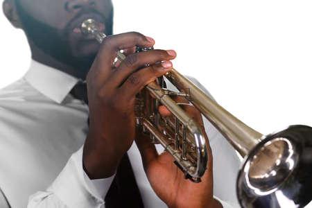 trompeta: trompetista concentrado. músico negro hábil. La precisión del trompetista. hombre negro crea buena música.
