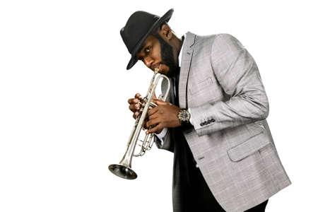 Un joueur de trompette barbu. musicien de jazz Classy. L'expression du talent. la performance de la trompette classique.