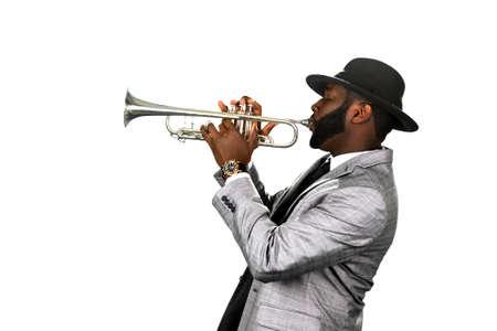 trompeta: Un músico de barba. jazzman con clase. Un trompetista dotado. músico con estilo, con una trompeta. Foto de archivo
