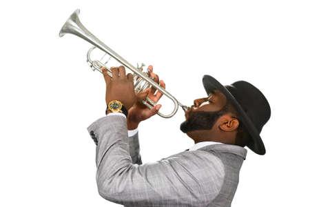 hombre con sombrero: estilo de jazz con clase. estrella del jazz en el escenario. Trompetista realizar. músico toca música con estilo.