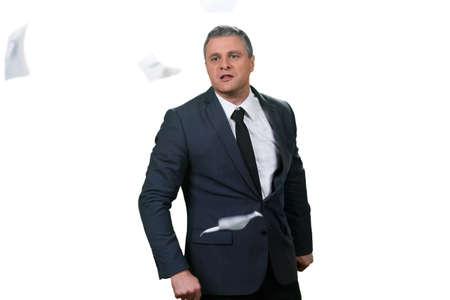 irrespeto: Papeles volando alrededor de hombre de negocios. Falta de respeto. hombre equivocado para cooperar con. Dejar de fumar y dejar.