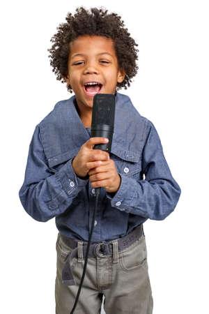 Mulat jongen zingen in een microfoon.