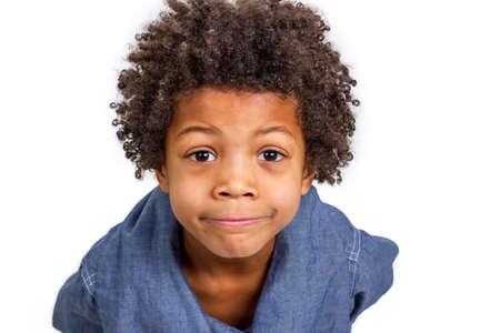 niños negros: Cuus muchacho sorprendió reloj por adultos Foto de archivo