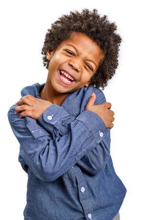 Hübscher Junge schüchtern lacht. Bösartige Lächeln.