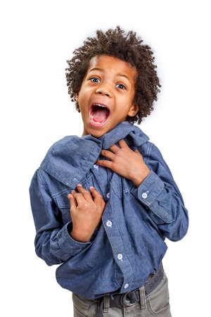 niños africanos: Asustado muchacho mucho más gritos de espanto. Foto de archivo