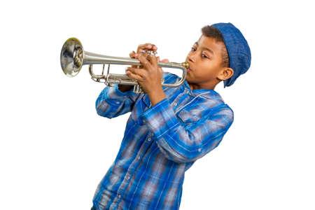 Jongen trompettist presteert op het podium. Beroemde muzikant speelt solo op trompet.
