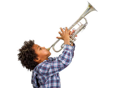 Jonge kunstenaar speelt trots de trompet. Boy improviseert op de trompet. Trompet spelen van de blues. Stockfoto