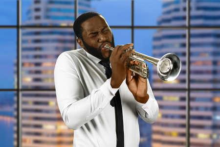 trompeta: El poder de la música. fines de ensayo noche del trompetista. Músico tocando jazz. Gran estudio de grabación de la ciudad. Foto de archivo