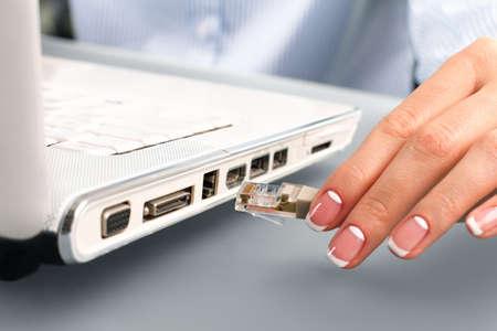 Cable network: cable de red conexi�n en mano de la mujer.