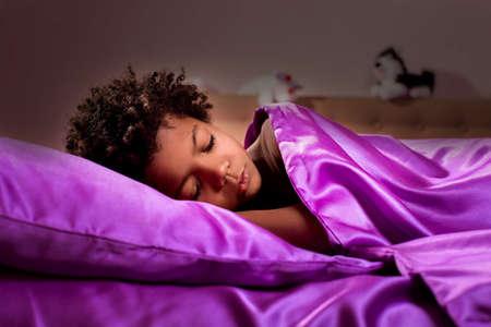 silencio: chico negro para dormir por la noche. Medianoche en el dormitorio del niño afro. La oscuridad trajo silencio. Fin del día.