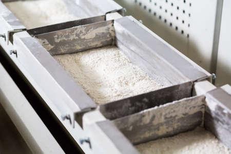 生産ホールで小麦粉とボックス。小麦粉の販売。小麦粉の生産。小麦粉とコンベヤです。