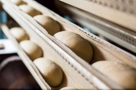 개인 빵집. 빵 오븐. 빵의 생산. 오븐에서 빵 굽기. 빵을 만드는 워크숍. 빵집 공장에서 빵집.
