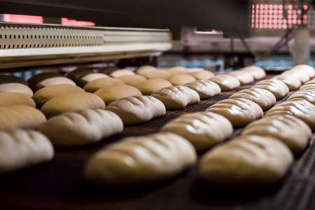 panadero: Postre de hornear el pan en el horno. horno de producción en la panadería. Cocinando pan. Fabricación de pan. Foto de archivo