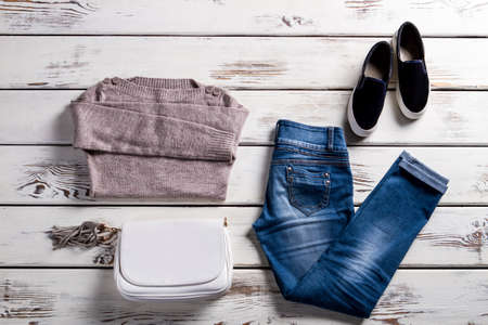 Jeans mit Sweatshirt und Schuhe. Junge Frau Outfit auf Schaufenster. Einfache Herbst Kleidung mit Handtasche. Dame Kleidung für den Frühling. Standard-Bild