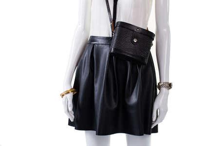 01b6680e3d5b69 Beurs en rok op mannequin. Retro handtas met lederen rok. modieuze donkere  rok van
