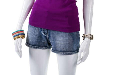 mezclilla: la parte superior y pantalones cortos de mezclilla de color púrpura. Maniquí con pantalones cortos de mezclilla azul. Prenda de denim de alta calidad. pantalones cortos de mezclilla cortos en pantalla.