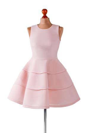 robe de saumon court avec des plis. Mannequin femme en robe de saumon. la robe de bal sur mesure Girl. robe d'été dernier en stock.