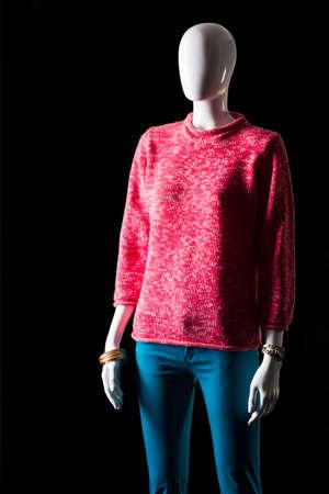 sudadera: sudadera y pantalones de color rosa de color turquesa. Maniquí en pantalones y sudadera. traje de colores de primavera para las niñas. Grandes descuentos en tienda de moda.