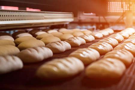 Postre de hornear el pan en el horno. horno de producción en la panadería. Cocinando pan. Fabricación de pan. Foto de archivo