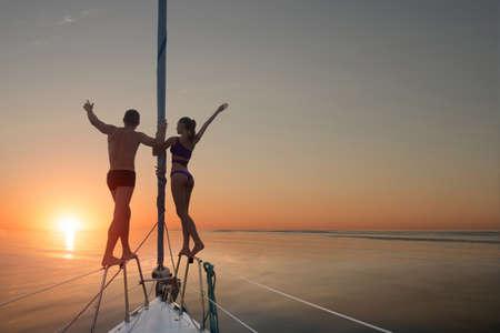 Menschen, die auf Yacht Geländer. Mann und Frau auf der Yacht. Unvergessliche Ferien am Meer. Das Leben ist wunderschoen.