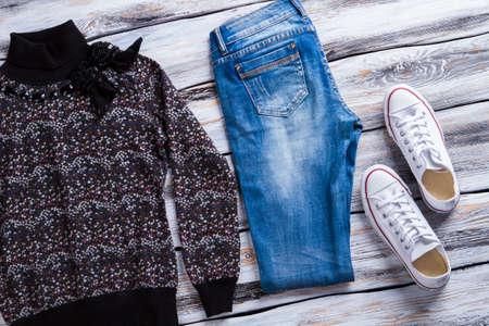 sudadera: sudadera y pantalones de mezclilla oscuros.