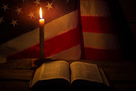 libro abierto y vela encendida. EE.UU. bandera de las velas. Biblia en el vector viejo. La espiritualidad y la soledad.