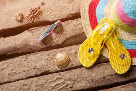 sandalias: Flips flops y conchas marinas. Sombrero y gafas de sol de la playa de la mujer. Relájese durante su viaje. Deja todas las preocupaciones detrás.