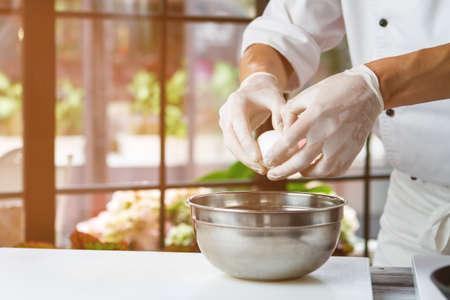 huevo blanco: La mano del hombre que sostiene un huevo. huevo de gallina blanca. Chef empieza a preparar tortilla. Sólo los productos de limpieza. Foto de archivo