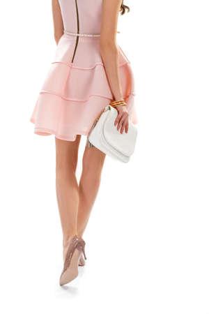 8076283cc1  59816390 - Mujer que camina en vestido de salmón. Bolso y zapatos de tacón  brillante. Conjunto de primavera con accesorios.
