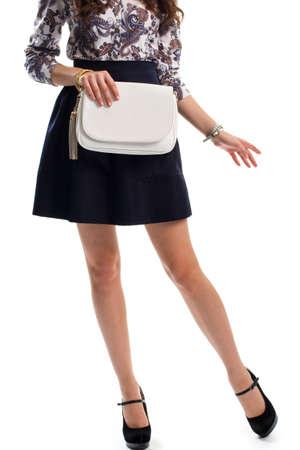 ddc4fae7e Señora En Camisa De Flores. Falda Azul Marino Y Zapatos Negros De ...