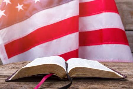 열린 된 책 및 미국 국기. 책 뒤에 미국 국기. 교육은 힘이다. 당신은 당신의 권리를 알고 있어야합니다. 스톡 콘텐츠