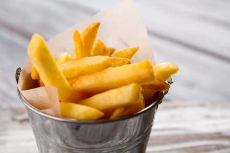 Emmer met gele frietjes.