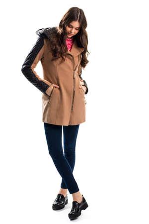pantalones abajo: Mujer en la capa mira hacia abajo, pantalones y abrigo con insertos.
