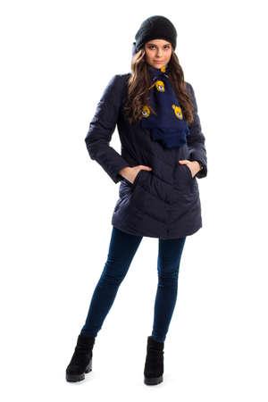 Vrouw in navy donsjack, zwarte enkellaarsjes en sjaal. Stockfoto