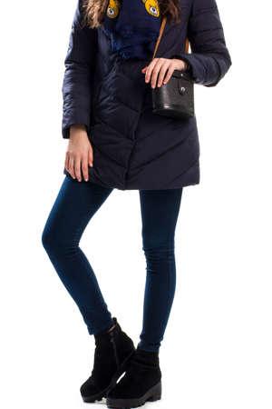 pantalones abajo: La muchacha desgasta la marina de guerra por la chaqueta, botas y bolso con correa.