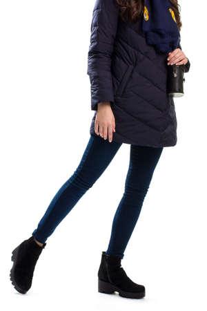pantalones abajo: Señora lleva la marina de guerra por la chaqueta, botas negras y pantalones ajustados.