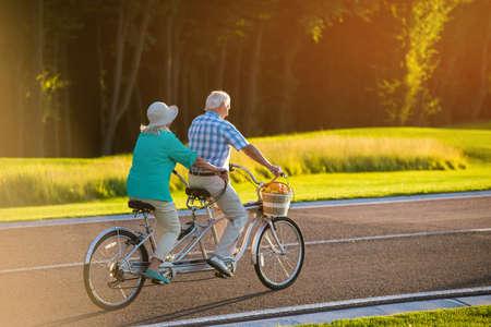 タンデム自転車に年配のカップル。道路上に自転車。風よりも速く。私の中のレーサー。
