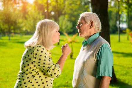 desconfianza: Mujer enojada y el hombre. Dos personas mayores al aire libre. La desconfianza en las relaciones. Pelea de marido y mujer.